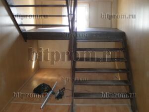 Лестница внутренняя двухпролетная